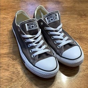 Like NEW grey Converse. Size M 5, W 7.